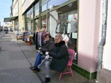 Ein Stuhl vorm Laden